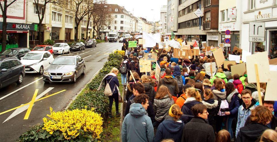 4.000 Menschen statt Autos gehen auf die Straße